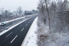 Erlangen, Alemania - 18 de diciembre: Carretera alemana en período del invierno Fotografía de archivo