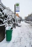 Erlangen, Alemania - 18 de diciembre: Parada de autobús nevada con el rubb Fotos de archivo libres de regalías