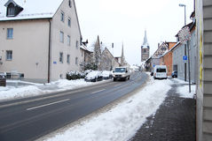 Erlangen, Deutschland - 18. Dezember: Schneebedeckte Wohnstraße stockbilder