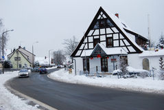 Erlangen, Duitsland - DECEMBER 18: Snow-covered woonstraat Stock Fotografie