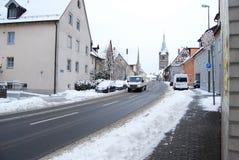 Erlangen Tyskland - DECEMBER 18: Snö-täckt bostads- gata royaltyfri fotografi