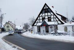 Erlangen Tyskland - DECEMBER 18: Snö-täckt bostads- gata arkivbild
