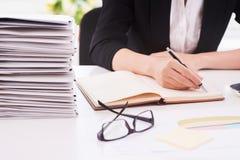 Erledigen der Büroarbeit Lizenzfreies Stockfoto