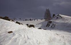 Erleichterter Schnee unter bewölktem Himmel lizenzfreies stockbild
