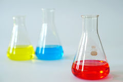 Erlenmeyer εργαστηριακού γυαλιού κωνική φιάλη που γεμίζουν με το χημικό υγρό στοκ φωτογραφία με δικαίωμα ελεύθερης χρήσης