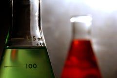 Erlenmeyer flaskor i vetenskapsforskninglaboratorium Fotografering för Bildbyråer