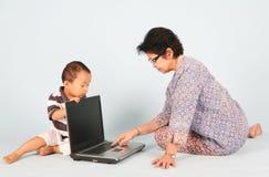 Erlernen Sie, wie man einen Laptop benutzt Lizenzfreie Stockfotografie