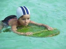 Erlernen Sie zu schwimmen Stockfoto
