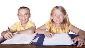 Erlernende und studierende Kinder Lizenzfreie Stockfotos