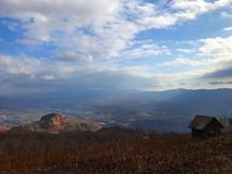 Erloschener Vulkan und das Hügelhäuschen stockbild