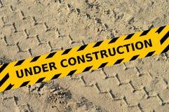 Ermüden Sie Bahn in einem Sand mit im Bau gelbem Band Lizenzfreie Stockbilder