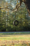 Ermüden Sie das Schwingen, das vom Baum außer der Eisenbahn hängt Stockfotos