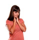 Ermüden Sie junge Frau mit den schrecklichen Kehleschmerz Lizenzfreie Stockfotos