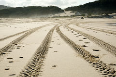 Ermüden Sie Kennzeichen auf einer treibenden Küstendüne nicht für den Straßenverkehr Lizenzfreies Stockbild