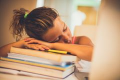 Ermüdet vom Lernen stockbild