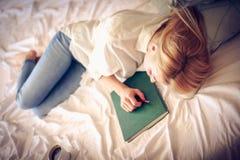 Ermüdet von den Gedächtnissen Schlafen im Bett Stockfotos