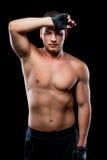 Ermüdeter Sportler, nachdem die Ausbildung den Schweiß von der Stirn abwischt Stockfoto