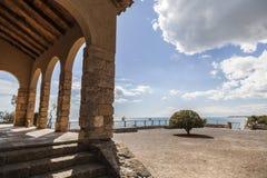 Ermita antigua y puesto de observación mediterráneo de la visión en Roda de Bera foto de archivo