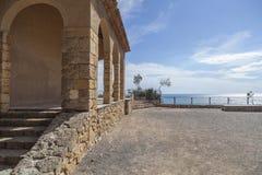 Ermita antigua y puesto de observación mediterráneo de la visión en Roda de Bera fotografía de archivo libre de regalías