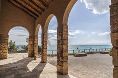 Ermita antigua y puesto de observación mediterráneo de la visión en Roda de Bera imagen de archivo libre de regalías