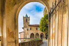Ermita de Santa Caterina del Sasso Eremo XIII del siglo en el lago Maggiore Fotos de archivo