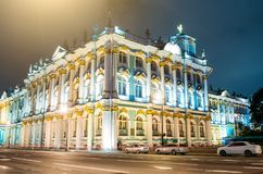 Ermita del palacio del invierno en los cruces en la noche en St Petersburg Foto de archivo