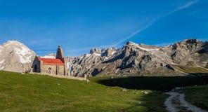 Ermita en las montañas de Picos de Europa Imágenes de archivo libres de regalías