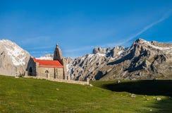 Ermita en las montañas de Picos de Europa Imagen de archivo