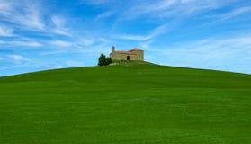 Ermita en un campo verde y un cielo azul Imagen de archivo libre de regalías