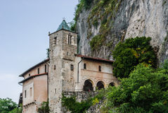 Ermitaż Santa Caterina Del Sasso na brzeg Lago Maggiore Obraz Stock
