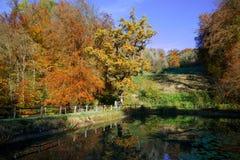 Ermitage Arlesheim的中央湖在秋天 库存图片