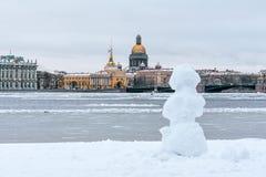 Ermitage, cathédrale du ` s de St Isaac, le St Petersbourg d'Amirauté dans le bonhomme de neige d'hiver Photos stock