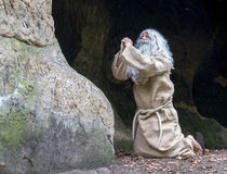 Ermite priant dans la caverne Images libres de droits