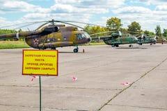 Ermolino,俄罗斯- 2015年8月15日:在空军基地的营业日在Ermolino 在一个军事机场的直升机停车处 免版税库存图片