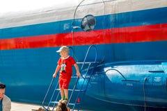 Ermolino, Rusia - 15 de agosto de 2015: Día abierto en la base aérea en Ermolino Aeroplano ruso Antonov An-12 del turbopropulsor imagen de archivo libre de regalías