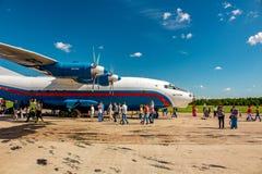 Ermolino, Rusia - 15 de agosto de 2015: Día abierto en la base aérea en Ermolino Aeroplano ruso Antonov An-12 del turbopropulsor foto de archivo libre de regalías
