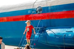 Ermolino Ryssland - Augusti 15, 2015: Öppen dag på flygbasen i Ermolino Ryskt turbopropmotorflygplan Antonov An-12 royaltyfri bild