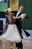Ermolovich Konstantin und Standardprogramm Snegir Anna Perform Youth-2 über nationale Meisterschaft lizenzfreie stockbilder