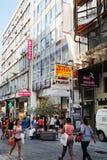 Ermou é uma rua da compra da roupa para Atenas fotos de stock