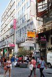 Ermou es una calle de las compras de la ropa para Atenas fotos de archivo