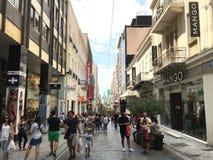 Ermou het winkelen straat in Athene, Griekenland Stock Foto's