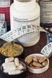 Ernährungsergänzungen in den Kapseln und in den Tabletten, auf hölzernem Hintergrund lizenzfreies stockfoto