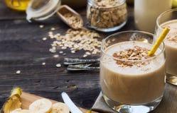Ernährungssmoothie mit Banane, Haferflocken und Erdnussbutter Lizenzfreie Stockfotos