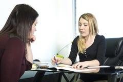 Ernährungswissenschaftler beraten sich im Büro stockfotos