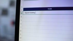 Ernennen Sie Sitzung mit dem Investor, der in Aufgaben Tagebuch, Sekretär geschrieben wird, der Anmerkungen macht stock footage