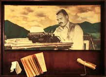 Ernest Hemingway com seus máquina de escrever e livro velho imagens de stock royalty free