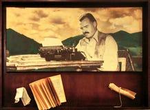 Ernest Hemingway con su máquina de escribir y libro viejo Imágenes de archivo libres de regalías