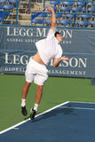 Ernests Gulbis: Pro servire del giocatore di tennis Fotografia Stock