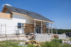 Erneuern Sie und reparieren Sie Wohnhausfassadenwand mit Stuck, Isolierung, das Vergipsen und Wand malen Windows, Haustür und Gar stockfoto
