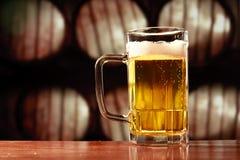 Erneuernbierbecher auf Weinlesehintergrund Lizenzfreie Stockbilder